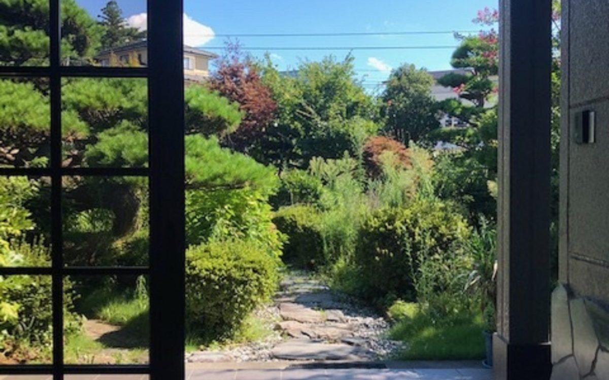 【玄関から庭方向】
